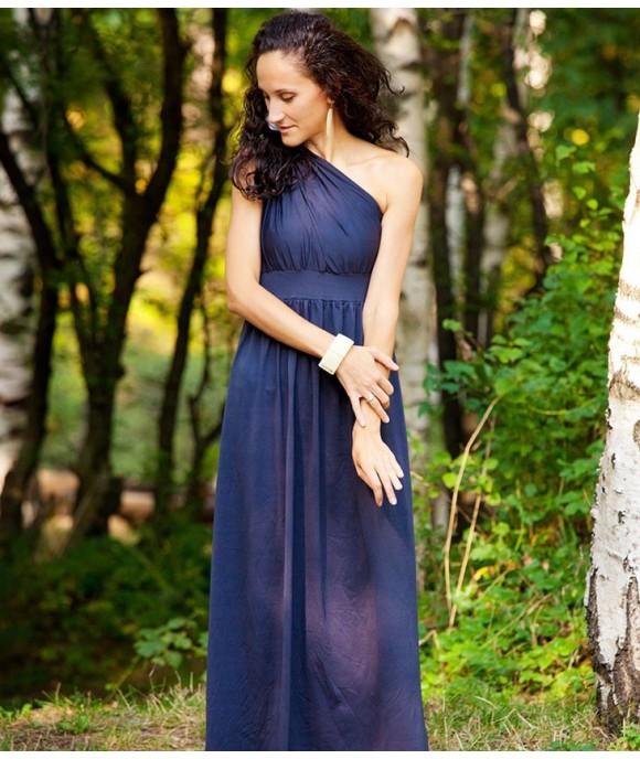 Дълга рокля с усукано рамо с възможност за избор на цвят, изработена ръчно от Артелие